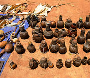 Traditionele waterkruiken en potten bij ambachten lokale markt Kei Afer, Omo-vallei, Ethiopië stock afbeelding
