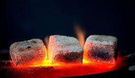 Traditionele waterpijp hete steenkolen voor het roken natuurlijke verlichting dicht omhoog Royalty-vrije Stock Afbeelding