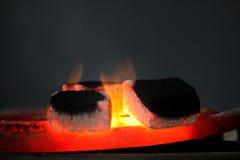 Traditionele waterpijp hete steenkolen voor het roken natuurlijke verlichting dicht omhoog Stock Foto