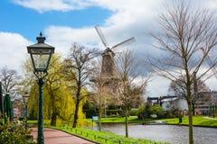 Traditionele windmolen DE Valk in Leiden Nederland Stock Foto's