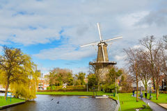 Traditionele windmolen DE Valk in Leiden Nederland Royalty-vrije Stock Foto's