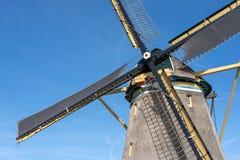 Traditionele windmolen in een landelijk landschap royalty-vrije stock foto's
