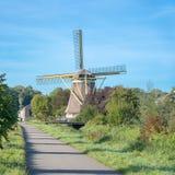Traditionele windmolen in een landelijk landschap stock afbeeldingen