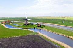 Traditionele windmolen in een Nederlands landschap Stock Foto