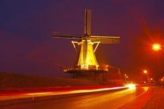 Traditionele windmolen in 's nachts Nederland Stock Afbeelding