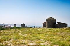 Traditionele windmolens door het Apulia-strand Royalty-vrije Stock Foto's