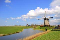 Traditionele windmolens in Nederlands landschap stock foto's