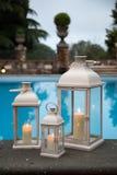 Traditionele witte lantaarns in een tuin met pool Stock Fotografie