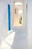 Traditionele witte lege straat bij kleine stad binnen Stock Afbeeldingen