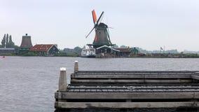 Traditionele zaanse schans windmolen in Nederland Unieke mooie en wilde Europese stad stock afbeelding