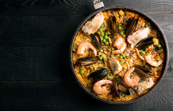 Traditionele zeevruchtenpaella in de pan Stock Foto
