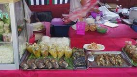 Traditionele Zeevruchtentribune Chiang Mai Walking Street stock footage