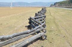 Traditionele zigzagomheining die een weiland in Buryatia beschermen Tunkinskayavallei Stock Fotografie