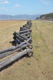 Traditionele zigzagomheining die een weiland in Buryatia beschermen Tunkinskayavallei Stock Foto