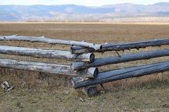 Traditionele zigzagomheining die een weiland in Buryatia beschermen Tunkinskayavallei Royalty-vrije Stock Afbeeldingen