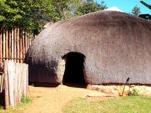 Traditionele Zoeloes strohutten rondavels Beroemde wijngaard Kanonkop dichtbij schilderachtige bergen bij de lente Stock Fotografie