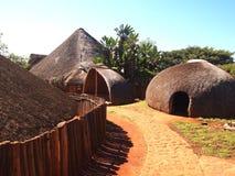 Traditionele Zoeloes strohutten rondavels Beroemde wijngaard Kanonkop dichtbij schilderachtige bergen bij de lente Stock Afbeelding