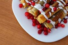 Traditionele zoete gerolde pannekoeken met papaverzaden op de plaat hoogste mening Stock Foto