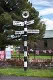 Traditionele zwart-wit voorziet in het dorp van Greystoke, Cumbria van wegwijzers Stock Afbeelding