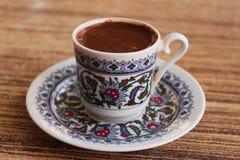 Traditionele zwarte koffie in een kop met kleurrijk ontwerp Royalty-vrije Stock Foto