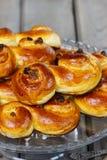 Traditionele Zweedse broodjes. Een saffraanbroodje Stock Afbeeldingen