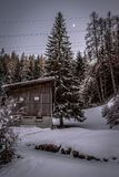 Traditionele Zwitserse landbouwershut in sneeuwberglandschap stock fotografie
