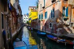 Traditionell älskvärd sikt av den Venedig kanalen arkivfoton