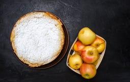 Traditionell äppelpaj med vaniljvaniljsås Polska Charlotte en favorit- brittisk efterrätt Hemlagade bakelser för te höstdesse royaltyfria foton