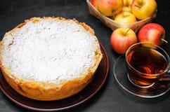 Traditionell äppelpaj med vaniljvaniljsås Polska Charlotte en favorit- brittisk efterrätt Hemlagade bakelser för te höstdesse royaltyfria bilder