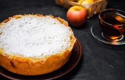 Traditionell äppelpaj med vaniljvaniljsås Polska Charlotte en favorit- brittisk efterrätt Hemlagade bakelser för te höstdesse arkivbild