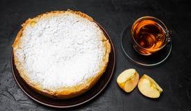 Traditionell äppelpaj med vaniljvaniljsås Polska Charlotte en favorit- brittisk efterrätt Hemlagade bakelser för te höstdesse royaltyfri fotografi