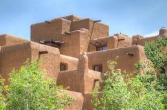 Traditionell Adobe stilbyggnad i Santa Fe Arkivfoton