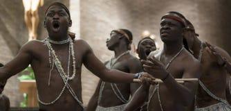 Traditionell afrikansk dans Slagverk och dans från Uganda royaltyfri foto