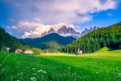 Traditionell alpin kyrka för St Johann i den Val di Funes dalen, Santa Maddalena touristic by, Dolomites, Italien royaltyfri fotografi