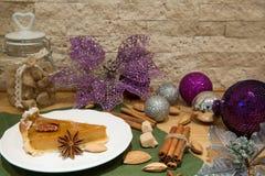 Traditionell amerikansk pumpapaj med valnötter, brunt rottingsocker royaltyfri foto