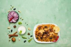 Traditionell arabisk mat: kabsa med höna på en platta royaltyfri foto