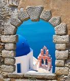 Traditionell arkitektur av den Oia byn på den Santorini ön Fotografering för Bildbyråer