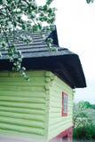 Traditionell arkitektur från mellersta Europa - Vlkolinec arkivbilder
