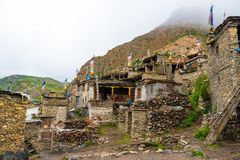 Traditionell arkitektur i den forntida tibetana Nar-byn, Annapurna naturvårdsområde, Nepal fotografering för bildbyråer