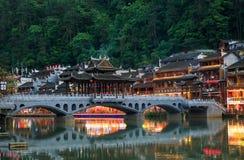 Traditionell asiatisk bro Orientalisk asiatisk arkitektur Historisk bro över floden i den forntida Fenix staden i Kina Royaltyfria Foton