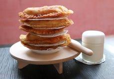 Traditionell asiatisk mat stekte pajer med kött Royaltyfria Foton