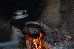 Traditionell asiatisk väg att laga mat, gammal kruka och kokkärl i spis royaltyfria foton