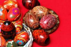Traditionell autentisk ukrainare målade påskägg på den festliga tabelltorkduken för röd linne Royaltyfria Bilder