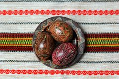 Traditionell autentisk ukrainare målade påskägg på den festliga tabelltorkduken för röd linne Royaltyfri Fotografi