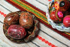 Traditionell autentisk ukrainare målade påskägg på den traditionella broderade servett eller handduken Arkivfoton