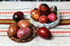 Traditionell autentisk ukrainare målade påskägg på den traditionella broderade servett eller handduken Arkivbild