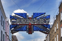 Traditionell båge för tecken för Carnaby gatagata Gatan är berömd för dess modediversehandel Mars 01, 2016 i London Royaltyfri Foto
