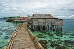 Traditionell bajoby med bron och trähus på de Togean öarna i centrala Sulawesi, Indonesien royaltyfria foton