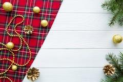 traditionell bakgrundsjul Skotskt kontrollerat tyg och att gå royaltyfria foton