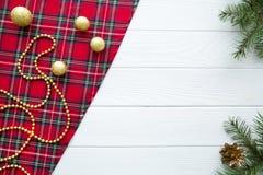 traditionell bakgrundsjul Skotskt kontrollerat tyg och att gå royaltyfri bild